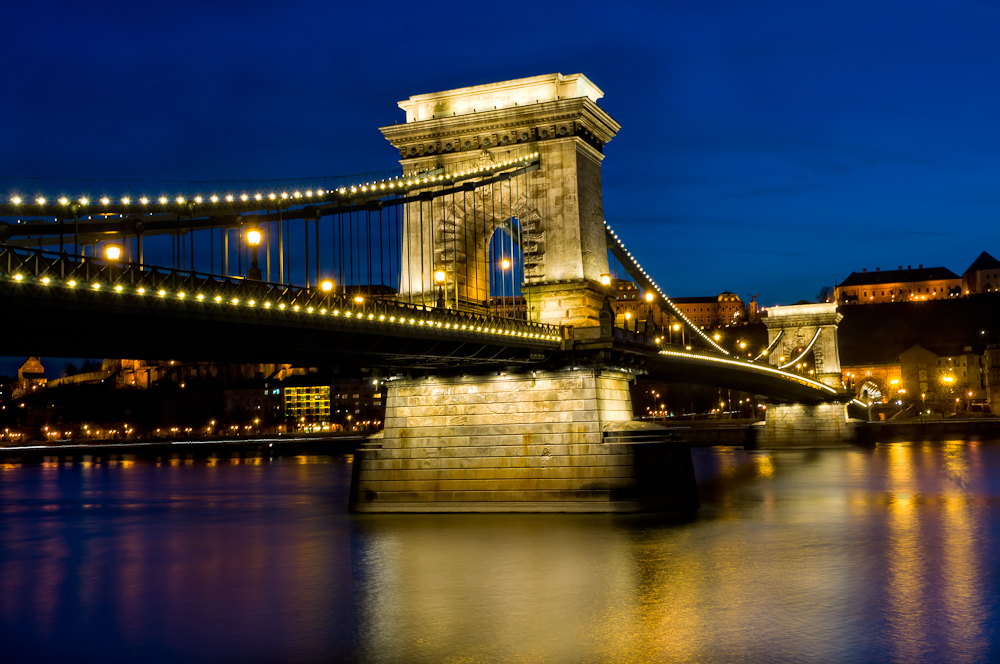 View_of_the_Budapest_Chain_Bridge_at_Night